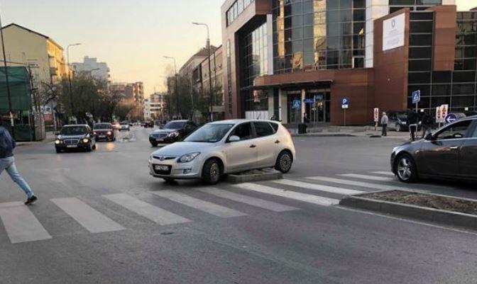 """Ndodh edhe kjo, shikoni ku është parkuar vetura në rrugën """"Fehmi Agani"""""""