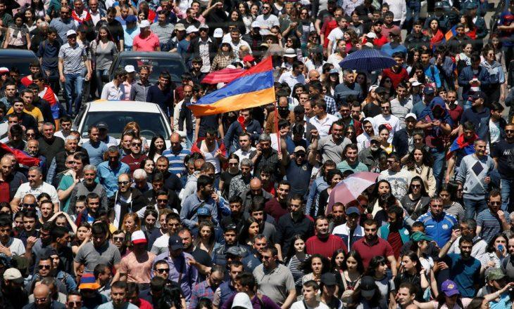 Rikthehen protestat kundër pushtetit në Armeni