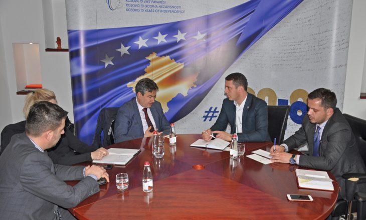 Ministri Gashi, në takime për zgjidhjen e situatës në Teatër e Bibliotekë
