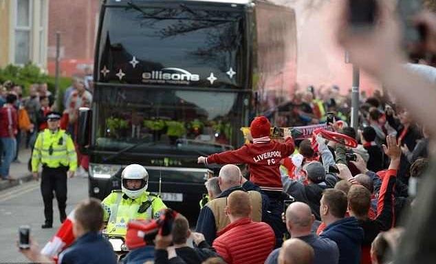 Alarmohen tifozët para ndeshjes Liverpool – Manchester City