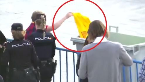 Policia e Madridit po keqpërdorë forcën – shikoni çfarë u bën tifozëve të Barcelonës (VIDEO)