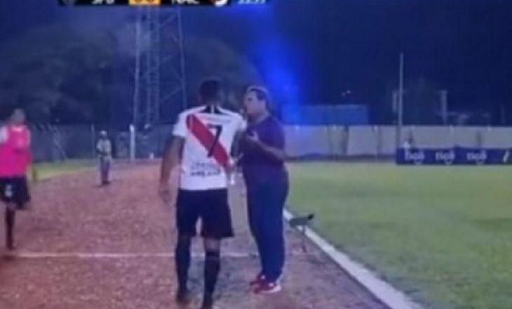 Trajneri e largon nga loja, e pabesueshme çfarë bën lojtari [Video]