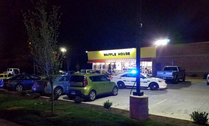 Hyri lakuriq në restorant dhe vrau katër persona për një jakne