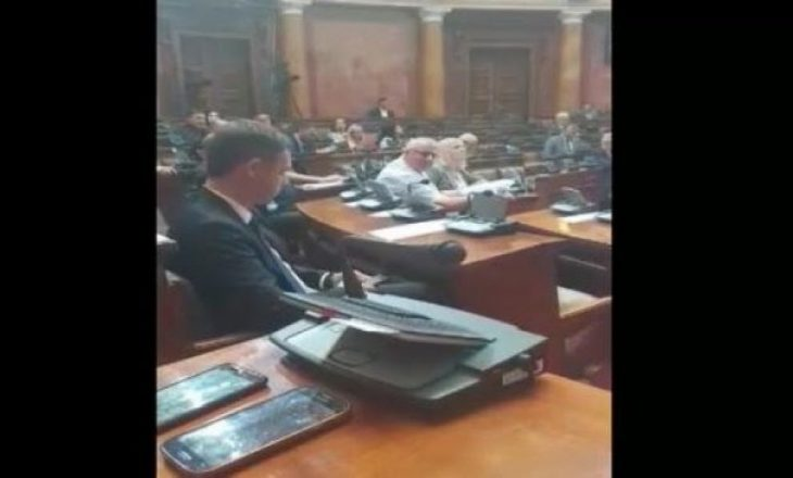 Shesheli shan rëndë deputetët serbë