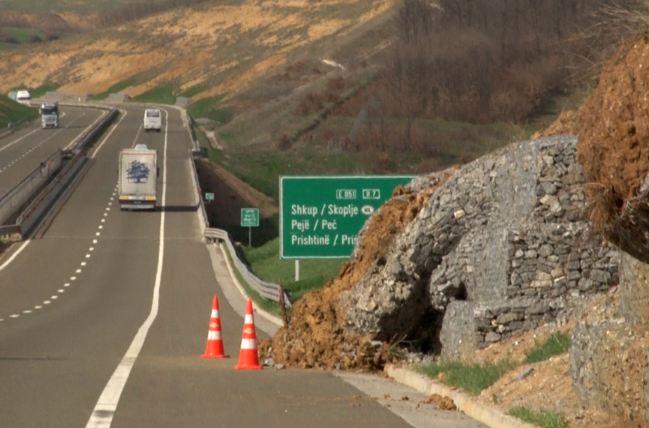 Shembet dheu në autostradë (FOTO)