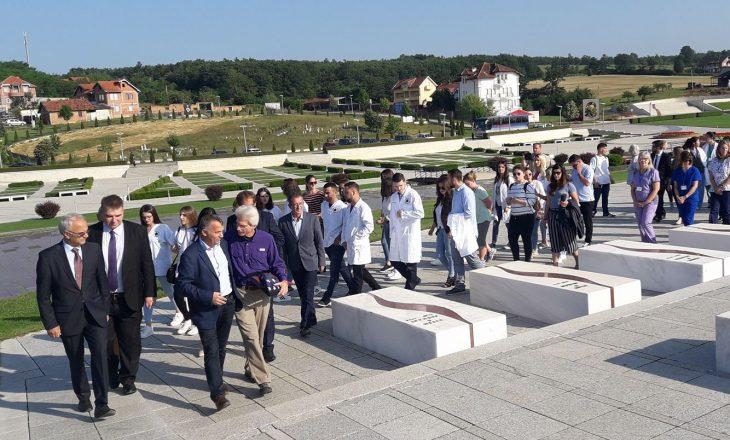 """Mjekë nga Amerika bënë vizitë dhe homazhe tek Kompleksi Memorial """"Adem Jashari"""""""