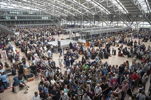 Aeroporti në Hamburg shtyn fluturimet, goditen qindra udhëtarë