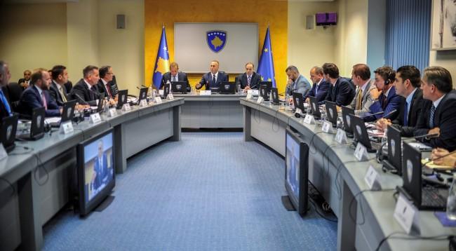 """""""Kosova duhet menjeherë ta heq taksën"""" – A do ta dëgjojë Qeveria urdhërin e BE-së"""