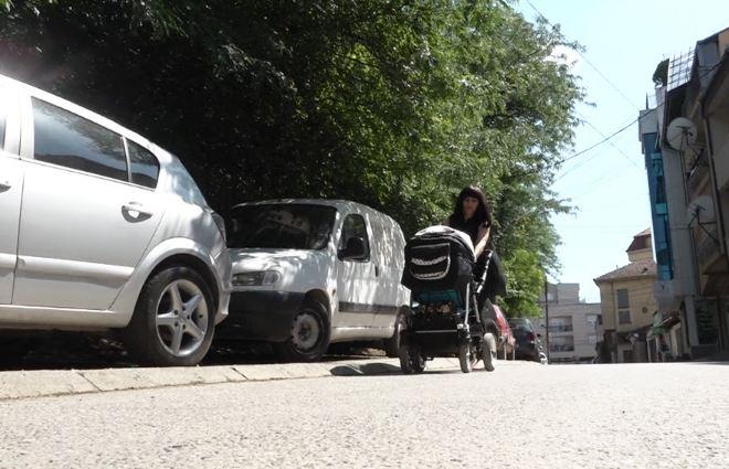 Prishtina pa parkingje, veturat parkohen në trotuare