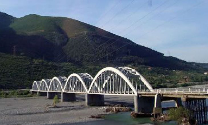 Humb jetën 14-vjeçari, u hodh nga ura për t'u larë