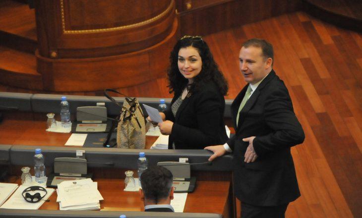 Motra e Vjosa Osmanit punësohet në ATK, thumbohet nga PSD-ja