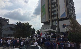 Punëtorët e KEDS-it vazhdojnë protestën, kërkojnë rritje të pagave