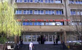 Tenton të hyjë në Gjinekologji me dhunë, arrestohet nga Policia
