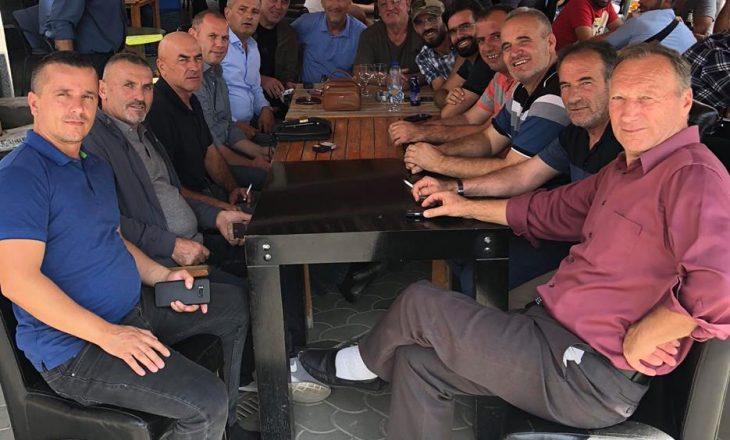 Nuk lejuan Vuçiqin të hyjë në Drenicë – Lladrovci, Jashari e të tjerët relaksohen me kafe