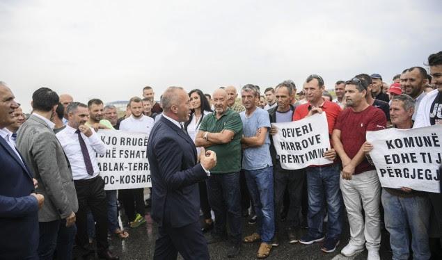 Haradinaj premton zgjidhje për banorët e fshatrave të Ferizajt