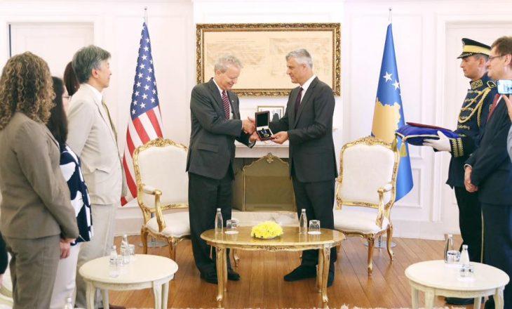 Thaçi dekoron me medalje Delawien për kontributin në Kosovë