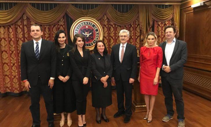 Bashkëshortja e Ukë Rugovës reagon ndaj deklaratave të Glauk Konjufcës në lidhje me Ibrahim Rugovën