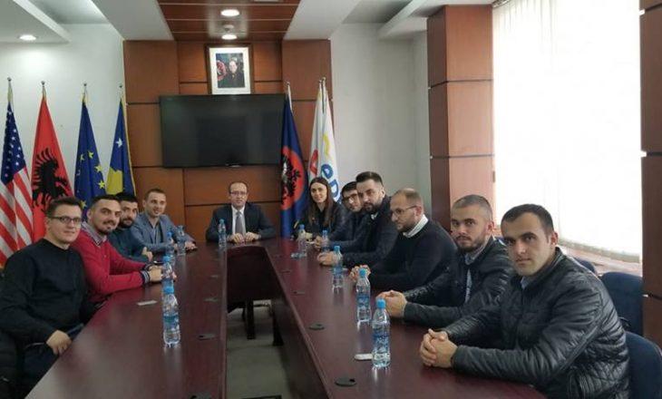 Avdullah Hoti tallet me disa të rinj – u ofron praktikë në LDK
