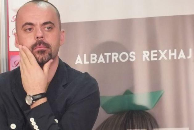"""Gazetarja e Fax News tallet me """"krijimtarinë"""" e Albatros Rexhajt"""