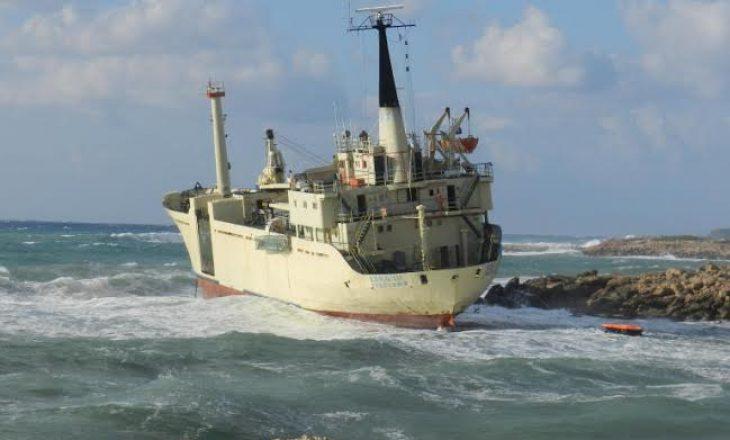 Anija shqiptare përplaset me shkëmbinjtë