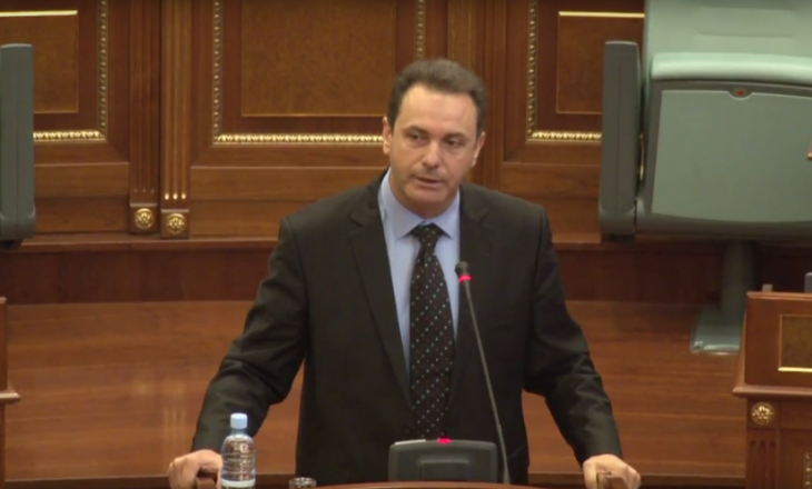 E tallin të gjithë dhe e akuzojnë për mashtrim, Naser Rugova fshinë postimin për vizën