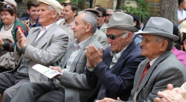 """Shqiptarët """"pleqtë"""" e Ballkanit, sa do jetë mosha mesatare në vitin 2060"""
