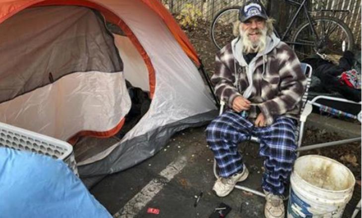 Klubet e natës shndërrohen në vende për njerëzit e pastrehë