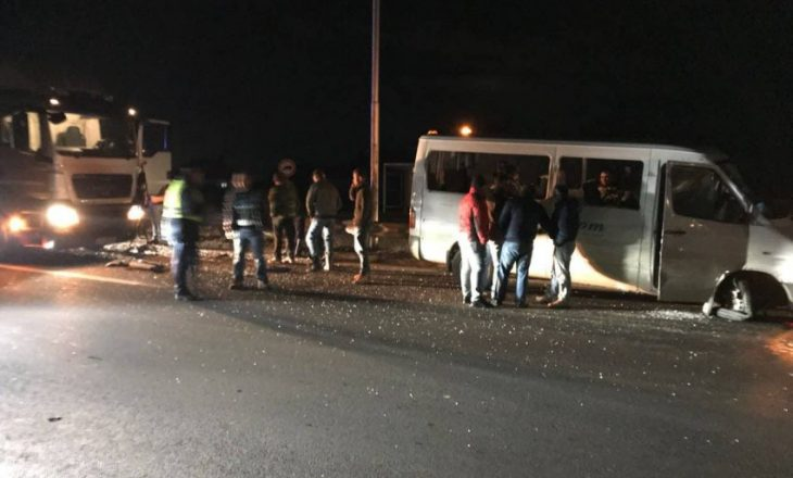 Pamje nga aksidenti në rrugën Prishtinë-Podujevë, ku mbetën 5 persona të lënduar