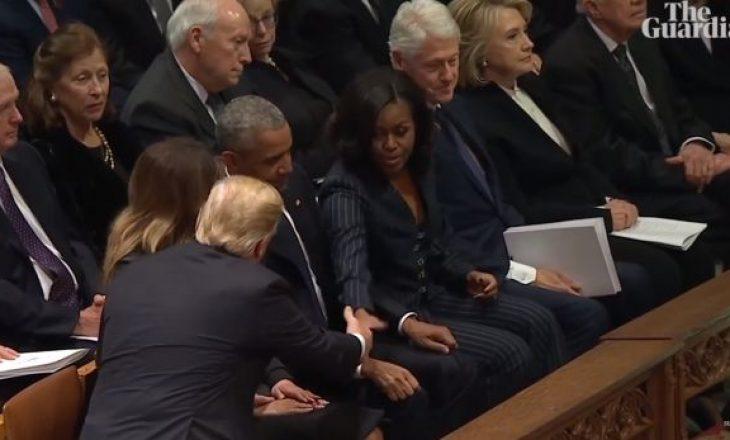 Momenti i sikletshëm: Trump përshëndetet me Obamën, por jo me Klintonët