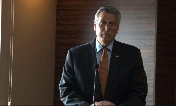 Ambasadori amerikan: Qeveria t'i ndëshkojë zyrtarët e korruptuar