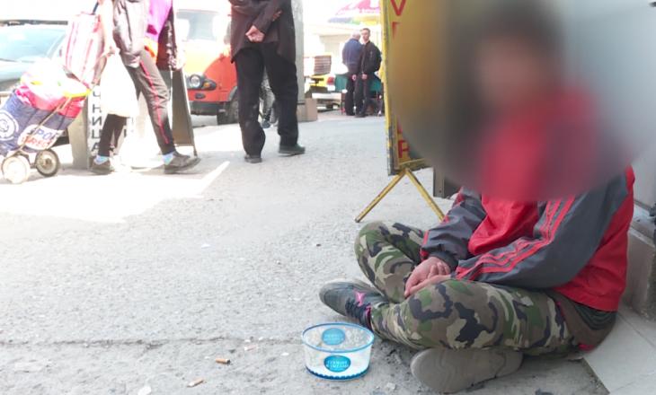 Nëna shtynë djalin të kërkojë lëmoshë, ndalohen nga policia