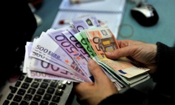Dalin pagat për shërbyesit e administratës publike
