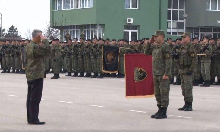 Me pantalona të zeza dhe xhaketë ushtrie – performanca e Thaçit si komandant suprem