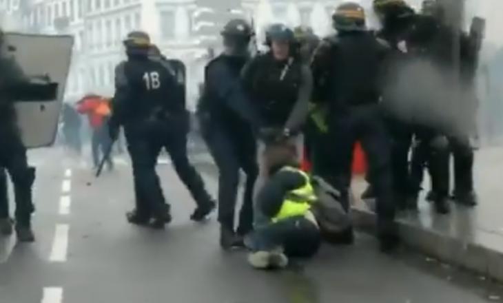Pamje të tmerrshme kur policët e Francës i tërheqin zvarrë protestuesit