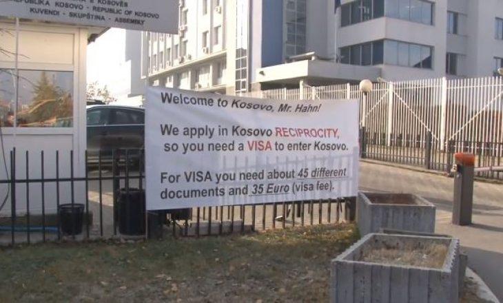 """Qytetarët i vendosin """"vizë"""" Hahnit, kanë një porosi para vizitës në Kosovë"""