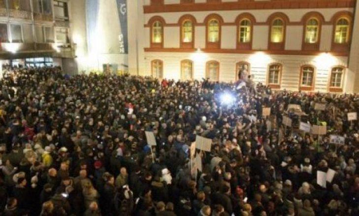 Protesta në Serbi: Mbi 40 mijë njerëz kërkojnë rrëzimin e Vuçiqit