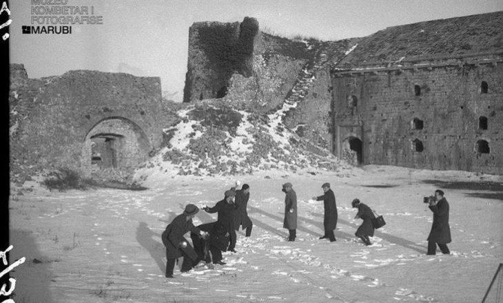 Një foto e vitit 1938 ku Dedë Jakova dhe Gegë Marubi zbaviteshin me borën