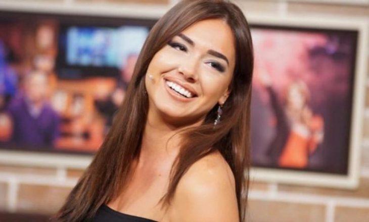 Moderatorja shqiptare me fustan të shkurtër edhe gjatë ditëve të ftohta