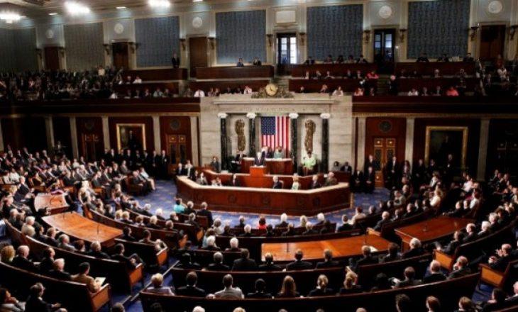 Republikanët dhe demokratët përplasen për procedurat e gjykimit të Trumpit