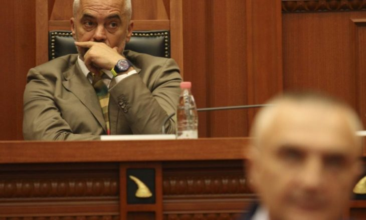 Përplasja Meta-Rama, juristët thonë se Presidenti s'ka të drejtë të refuzojë shkarkimet