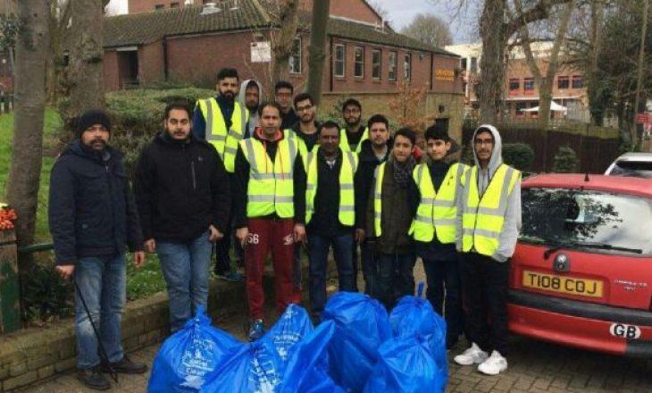 Britani, të rinjtë myslimanë pastrojnë qytetin pas Vitit të Ri