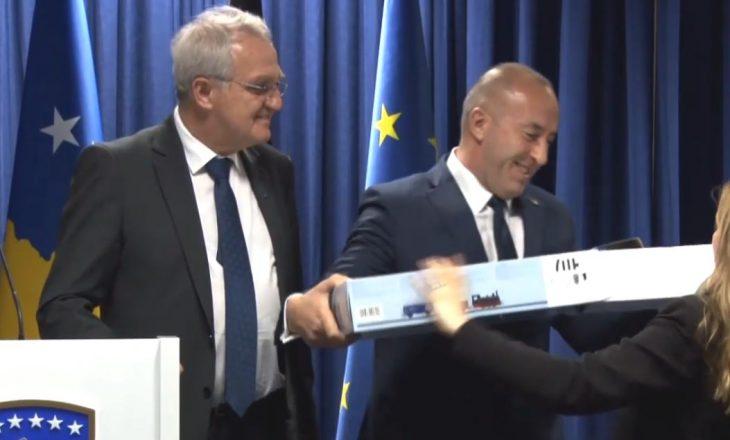 Dhurata interesante që zv/presidenti i BE-së ia dha Haradinajt