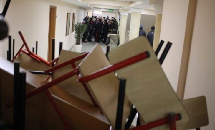 Studentët e ngujuar në fakultetin e Ekonomikut: Policia na mbylli dyert, s'po na lejon as të marrim ushqim