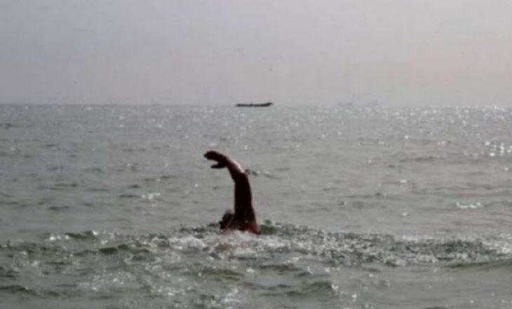 Peshkatari ikë nga policia, notoi 5 kilometra për të shpëtuar