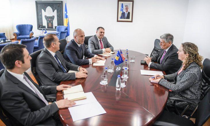 Haradinaj takon ambasadorin Kosnett  – tregon për çka biseduan