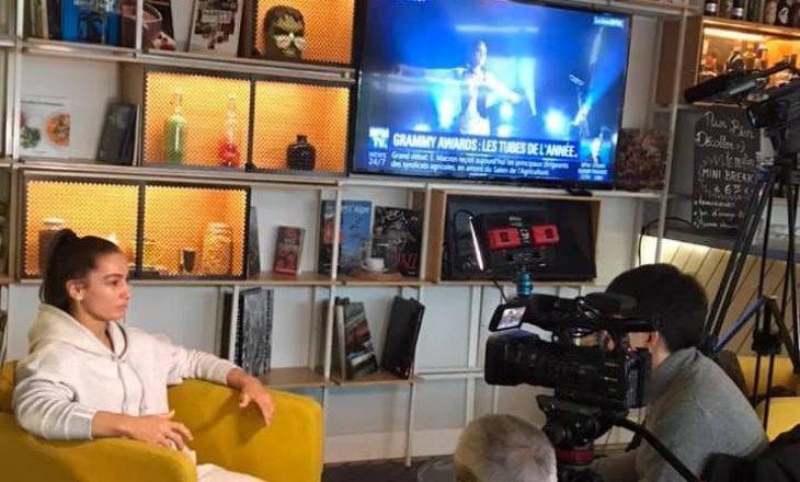 Majlinda jep intervistë për televizionin japonez teksa në televizionin francez flitet për Dua Lipen