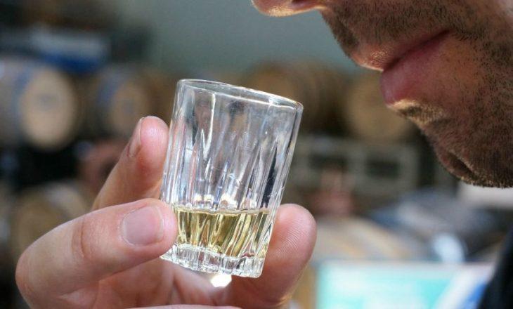 Më shumë se 100 njerëz vdesin në Indi për shkak të alkoolit të dyshimtë