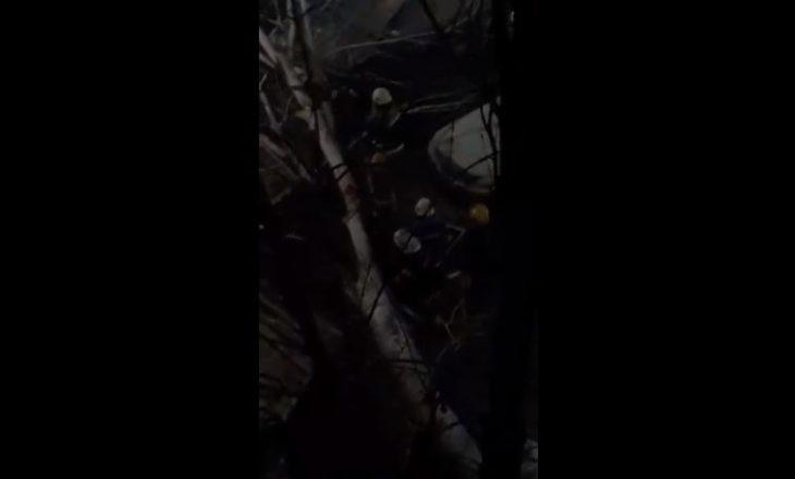 Tri vetura dëmtohen nga rrëzimi i lisit në Ulpianë – zjarrfikësit ndërmarrin masat