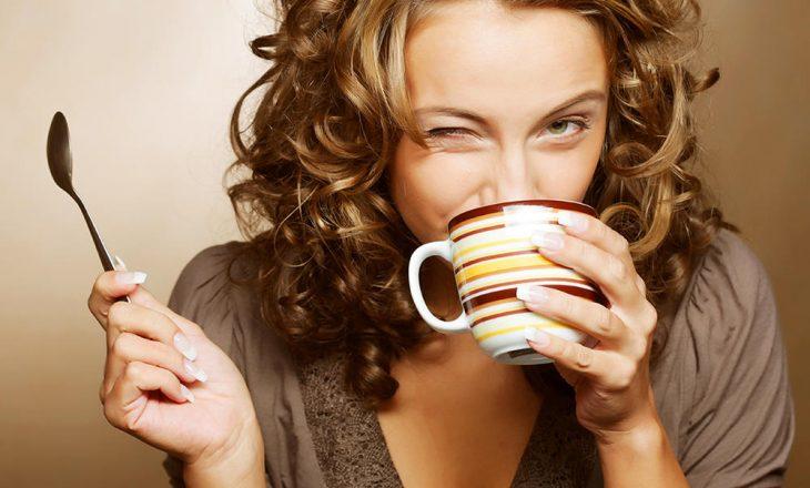 Shija e kafes varet nga ngjyra e filxhanit nga i cili pini?