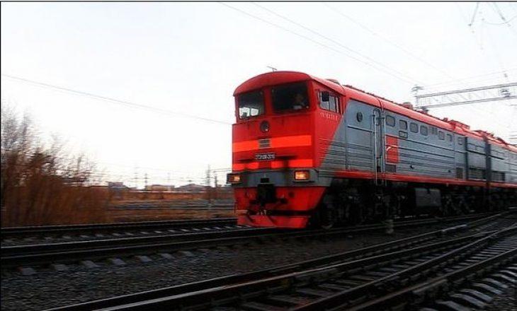 Treni godet një veturë në Pejë, lëndohen dy persona